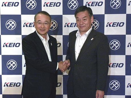 握手をする京王電鉄の永田正社長(左)と阿部裕行多摩市長(右)