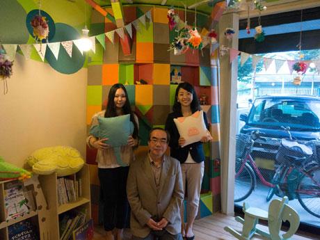 プロジェクトを進めてきた笹さん(左)、川嶋さん(右)と春日教授(中央)