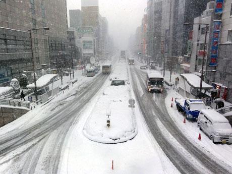 大雪に見舞われた八王子駅前