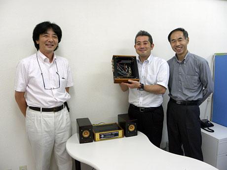 カーオーディオケースを手掛ける電匠の安斎社長(中央)と望月さん(左)、瀬谷さん(右)