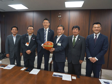 石森孝志市長(中央右)を表敬訪問した「東京八王子トレインズ」GMの和田さん(中央左)