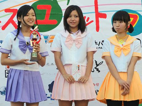 優勝した「麦と水」の3人にはトロフィーが贈られた