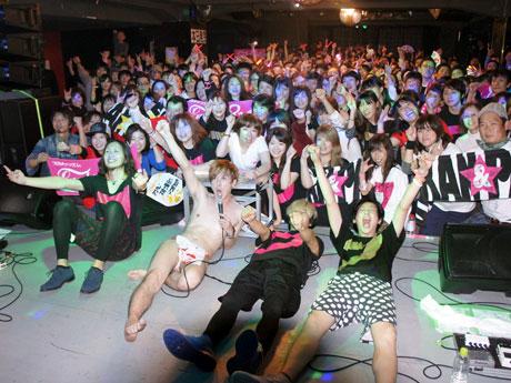 ライブの最後には観客とともに記念撮影