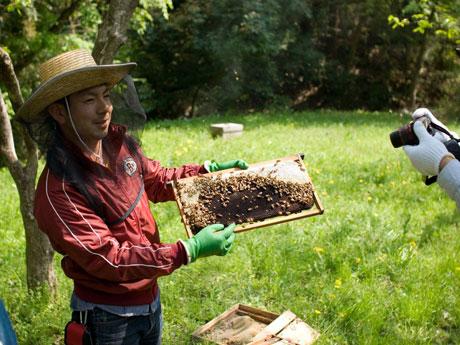 はちみつの収穫について紹介するFIOの舩木さん