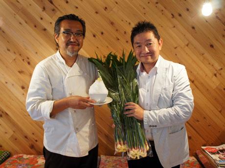 「八王子しょうがミルクかき氷」を開発したマンマミーア中島さん(左)と「八王子こがねしょうが」を持ってアピールする多摩・八王子江戸東京野菜研究会の福島さん(右)