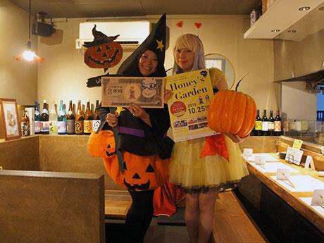 ハロウィーンに合わせて仮装する高須賀さん(左)とpeco*さん(右)