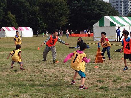 上柚木公園陸上競技場を会場に行われる「スポーツ鬼ごっこ」