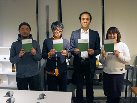 「JIMOTO」を手掛けた望月さん(中央左)ら