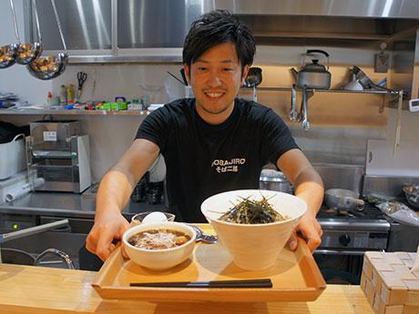 人気メニューの「鶏そば」をアピールする店主の加藤さん