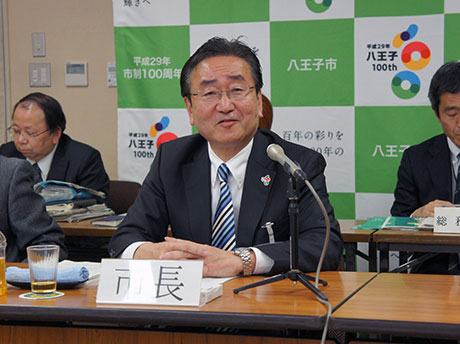 2016年度予算案を発表した石森孝志八王子市長