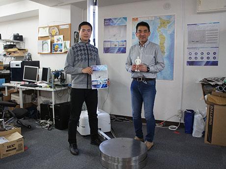 3Dスキャンサービスで協力する小柳さん(右)と謝さん(左)