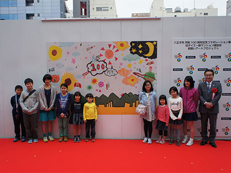 4月24日に行われた「仮囲いアートプロジェクト」除幕式の様子