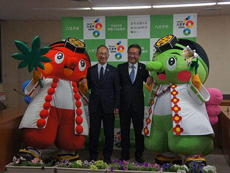 石森孝志八王子市長(中央右)らと記念撮影を行う「はっちお~じ」(最左)と「みどリ~」(最右)