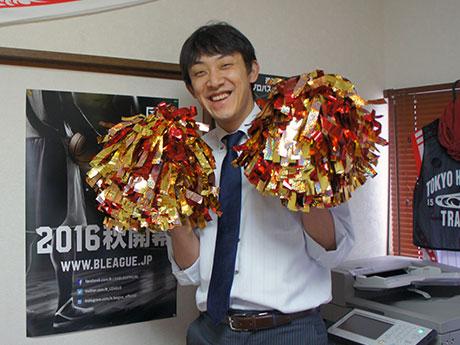 ポンポンを持ってチアチームのメンバー募集をアピールする「東京八王子トレインズ」の和田尚之代表