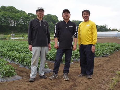 野菜を育てるアーバンファーム八王子の泉さん(左)、続橋さん(中央)、水野さん(右)