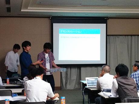 デモ機を審査員にアピールする東京高専の学生たち