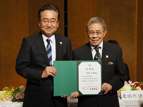 委嘱状を掲げる石森孝志八王子市長(左)と北島三郎さん(右)