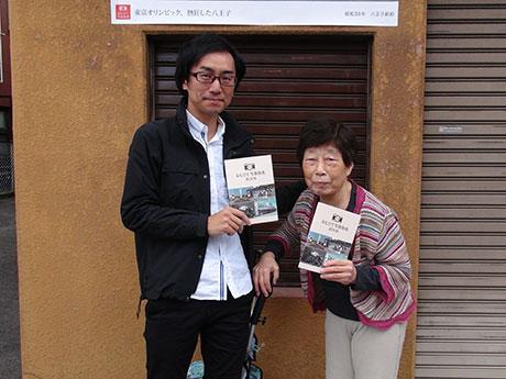 「おもひで写真街道」に携わる春日さん(左)