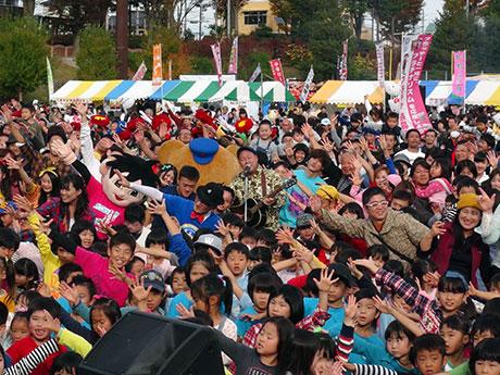 会場中央でたにぞうさんを歌う中、集まった市民らが「ぼくらの八王子」を踊った