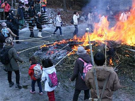 「まゆだま」は棒の先に取り付け、「セエノカミ」の火で焼く