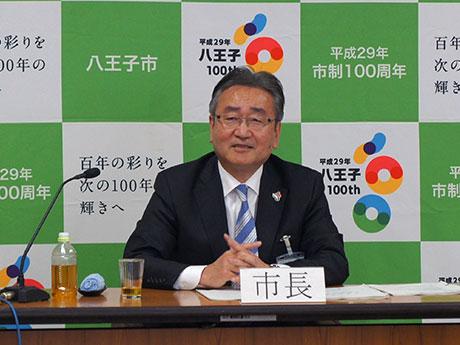 2017年度予算案を発表する石森孝志八王子市長