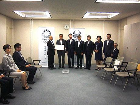 東京都庁で行われた要望書手交式の様子