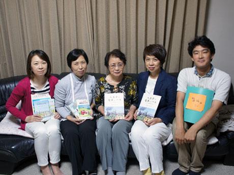 清水さんの家族と編集を担当した山崎さん(最右)
