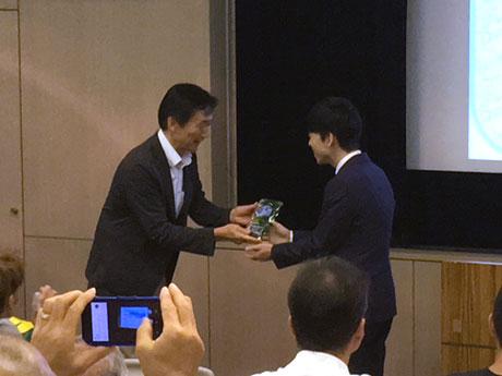 「八王子スポーツソング」最優秀賞を受賞した「RETO」に盾を贈った