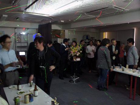 レーザー光を使った演出も行われた3周年記念パーティーの様子