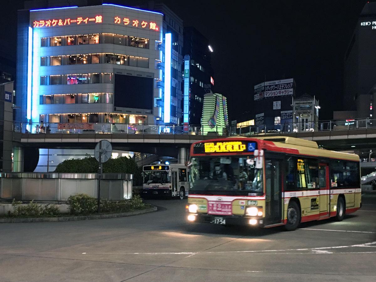 期日限定で八王子駅行きのバスを深夜に運行