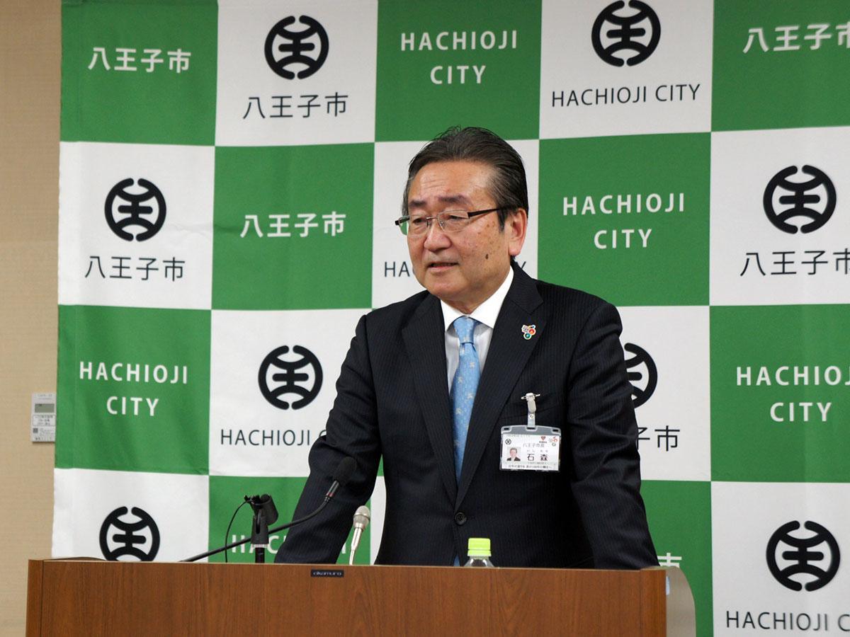 2018年度予算案を発表する石森孝志八王子市長
