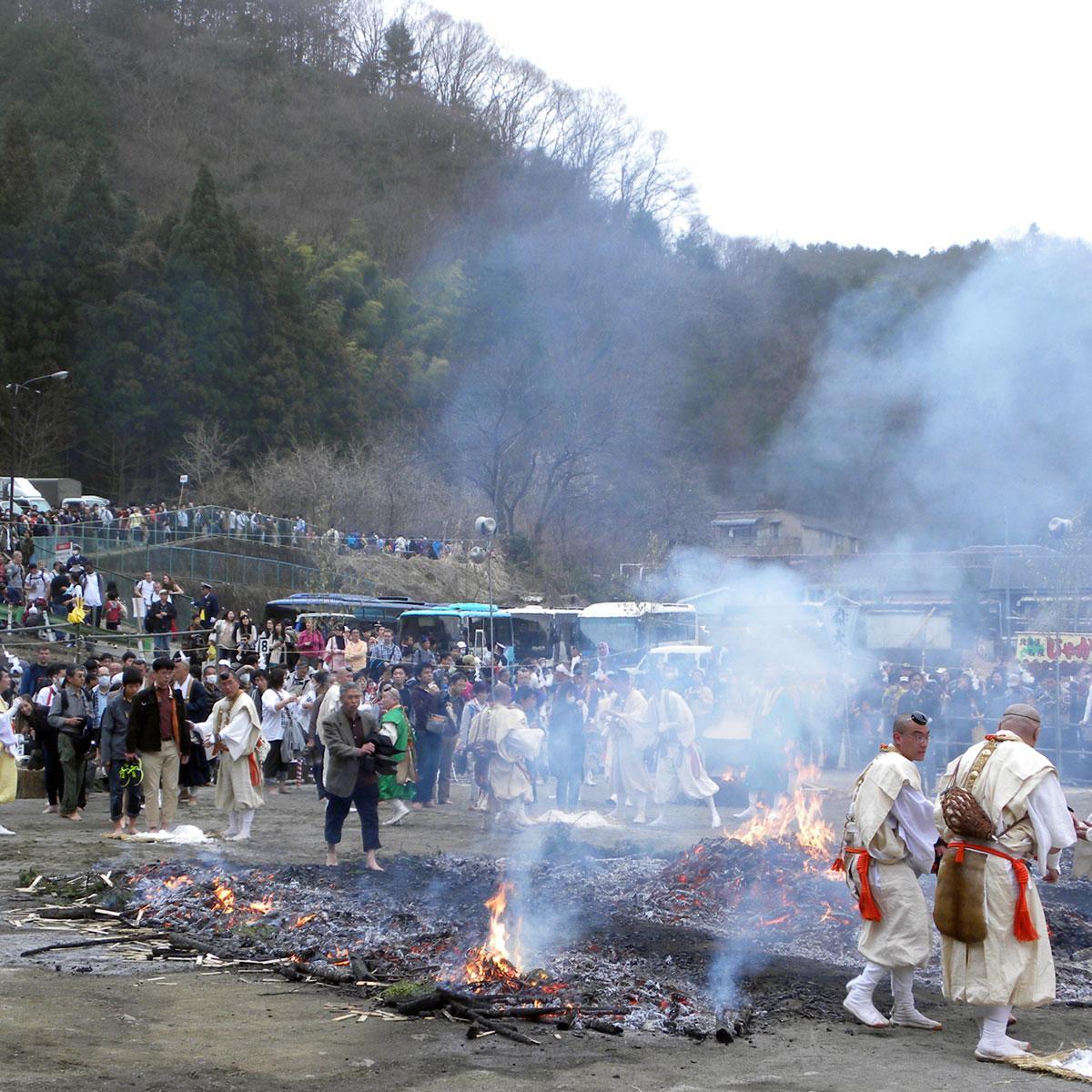 「火渡り祭り」では一般参加者も素足で火の上を歩くことができる