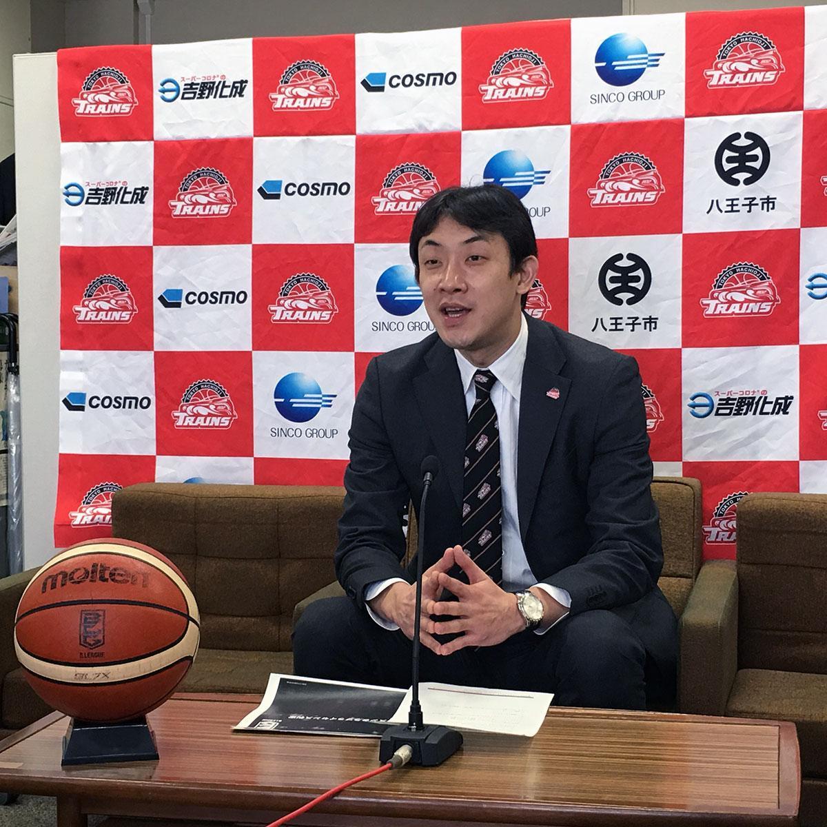 記者会見に臨む和田代表