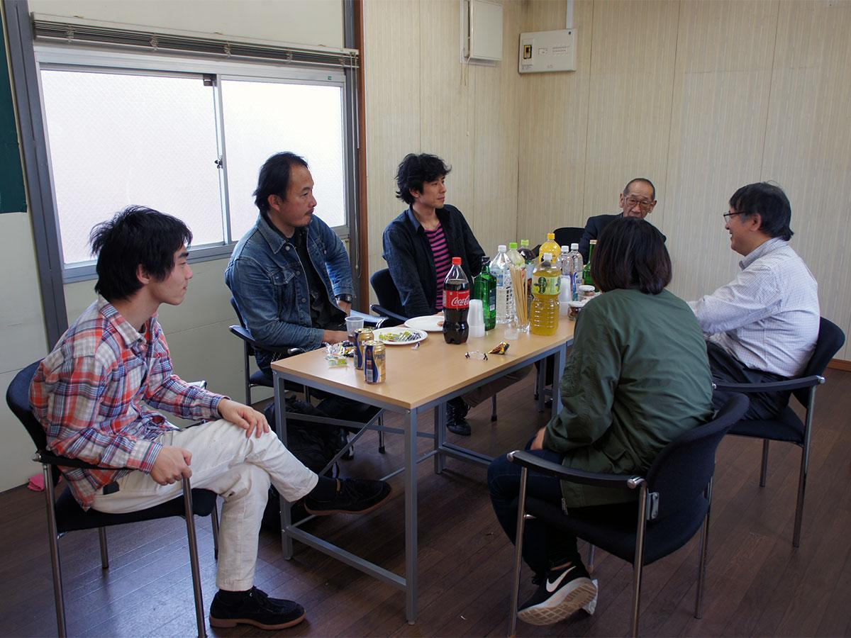 テーブルと椅子を置きコミュニケーションが取れる空間を用意