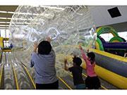 東京サマーランドに期間限定アスレチック 子ども向けにエア遊具で「ふわふわ感」演出
