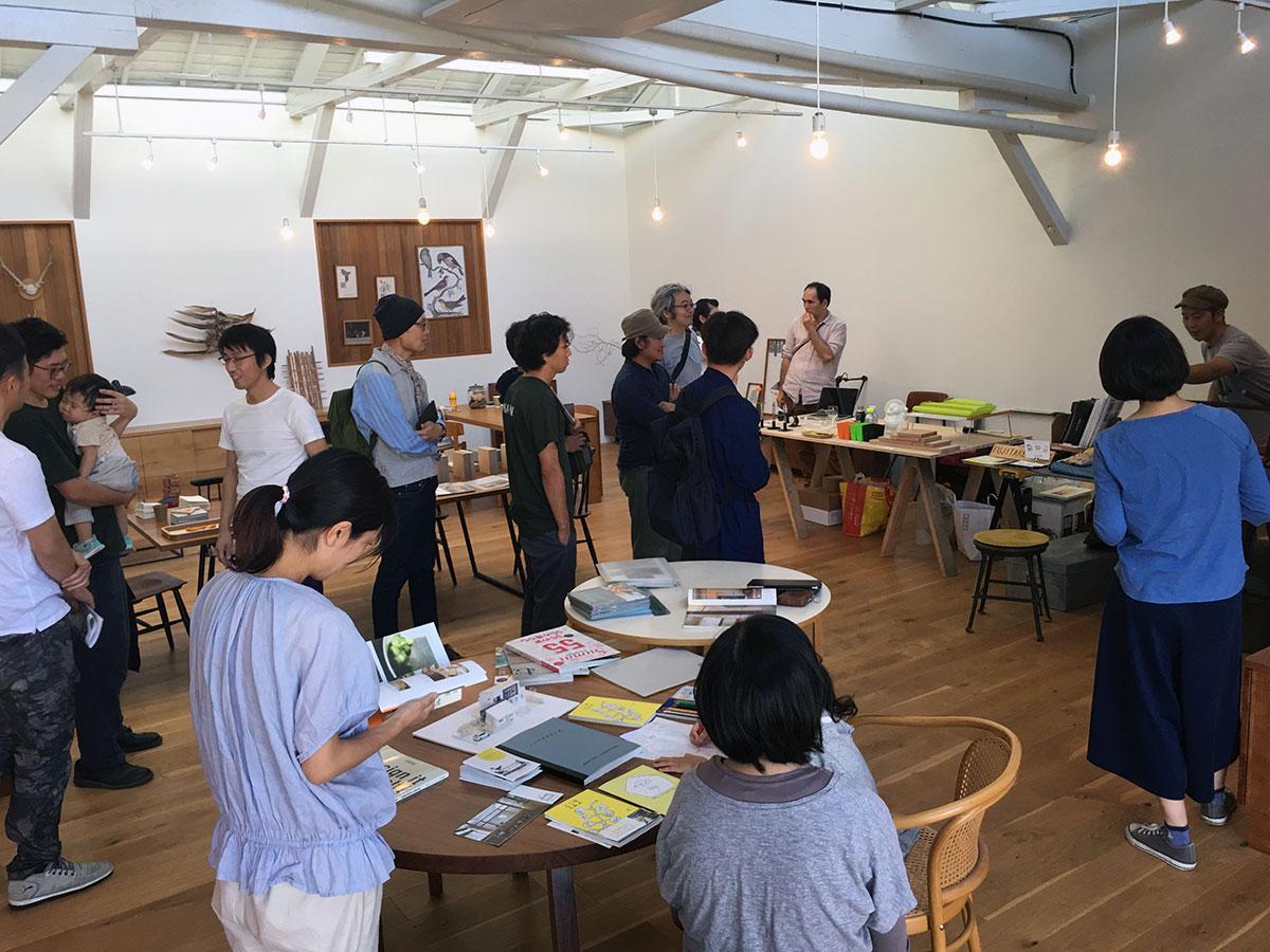 ギャラリーカフェが一日限定ホームセンターに 地元家具職人などが出展