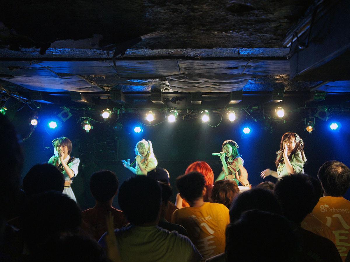 (左から順に)白岩さん、田ノ倉さん、中神さん、佐々木さんの4人でパフォーマンスを披露する「はちぷり」