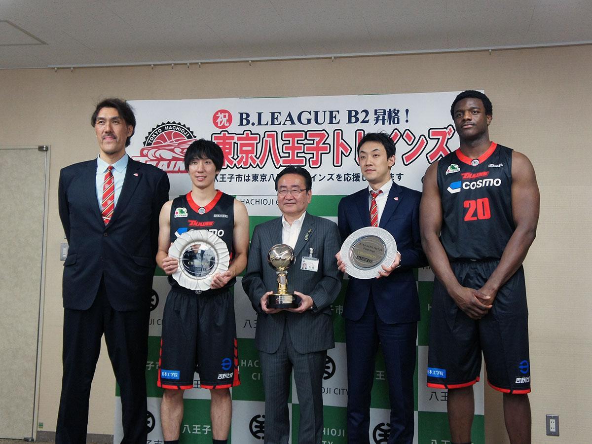 石森孝志八王子市長(中央)にB2リーグへの昇格を報告