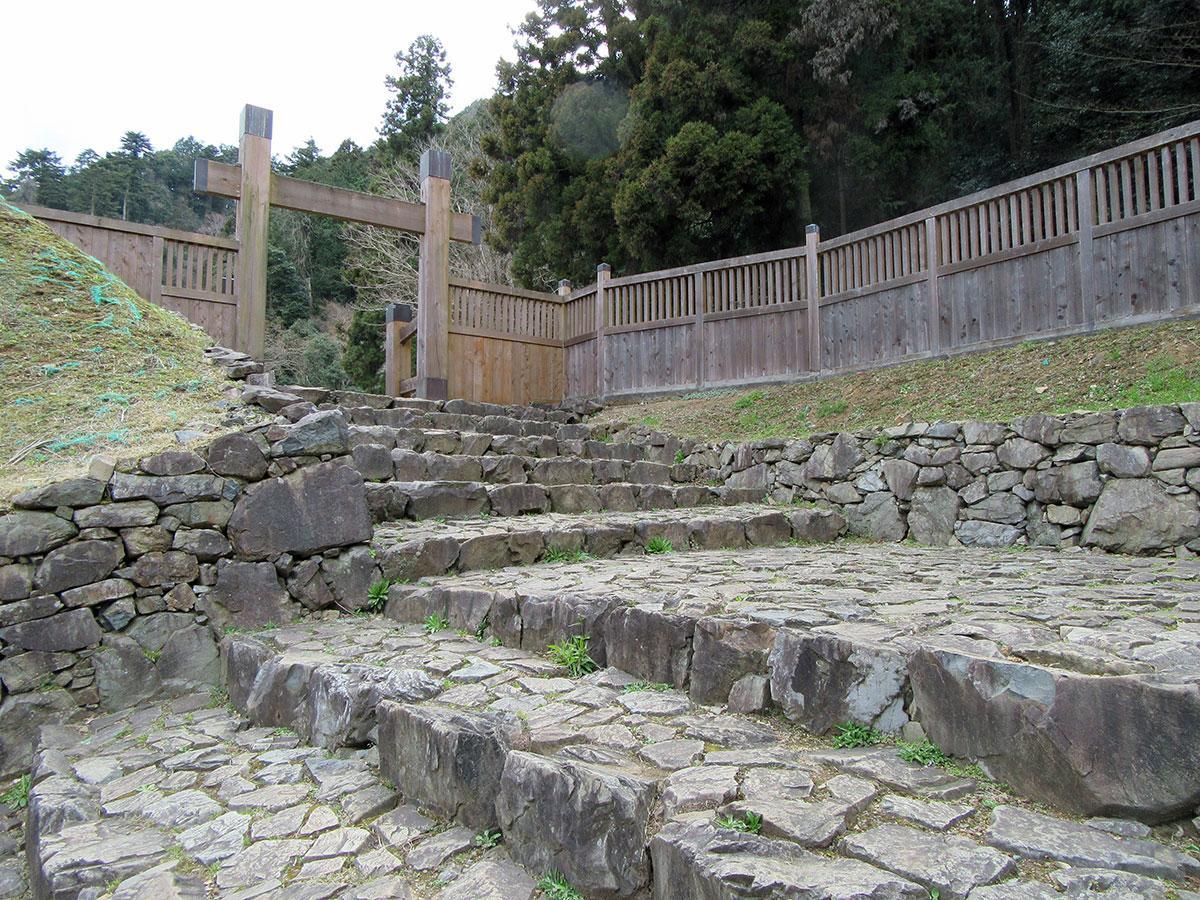 八王子城跡冠木門と虎口(写真提供=八王子市)