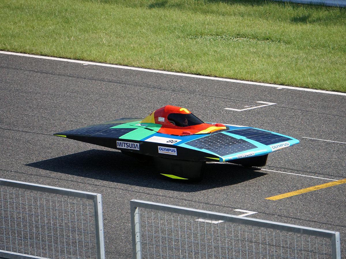 コースを走る「OLYMPUS RS」のソーラーカー「ORS-19」