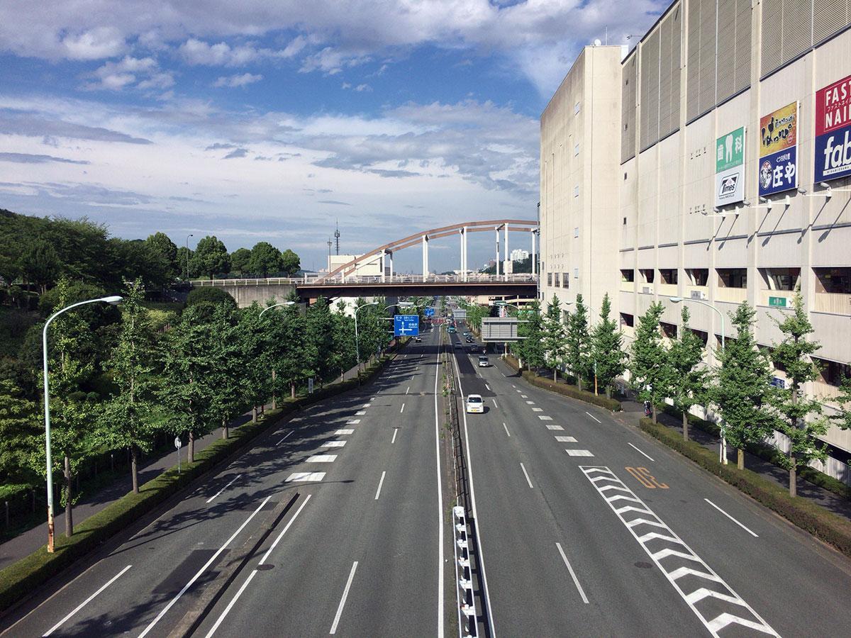 コースとなった南大沢駅前を通る「多摩ニュータウン通り」