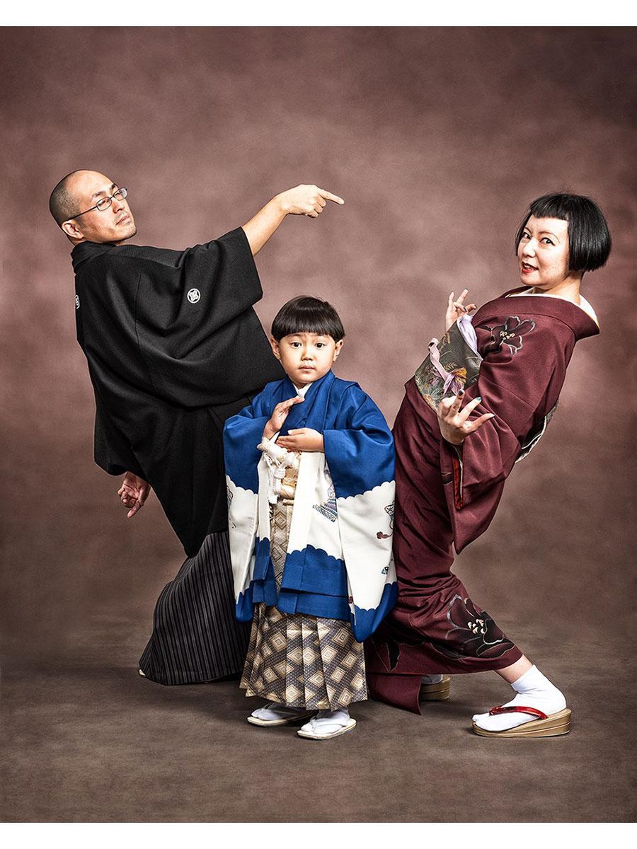 「ジョジョ立ち」で家族写真を撮影