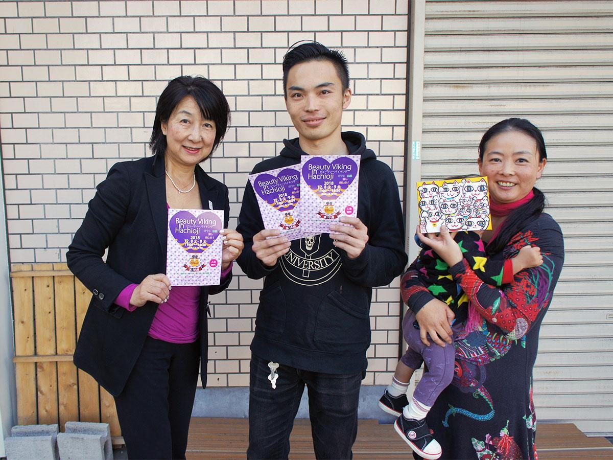 「ビューティーバイキング」を手掛ける宮澤さん(左)と出展する天野さん(中央)、イラストレーターの小楠アキコさん