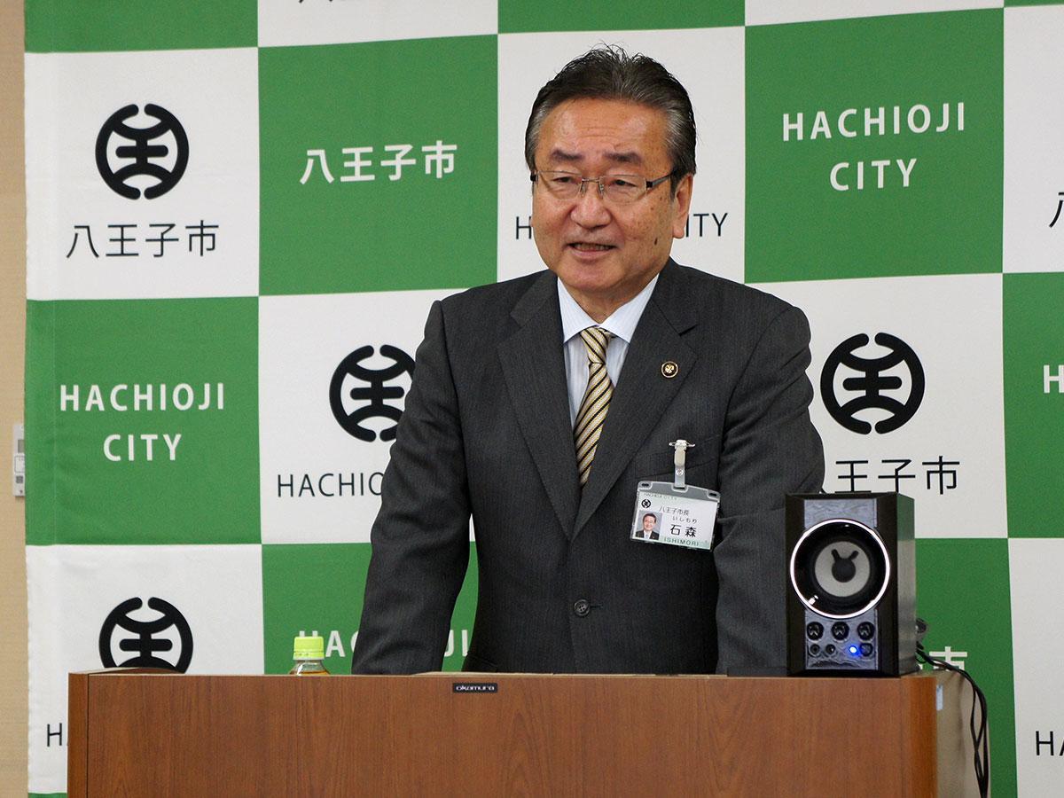 新たな「八王子観光PR特使」を発表する石森孝志八王子市長