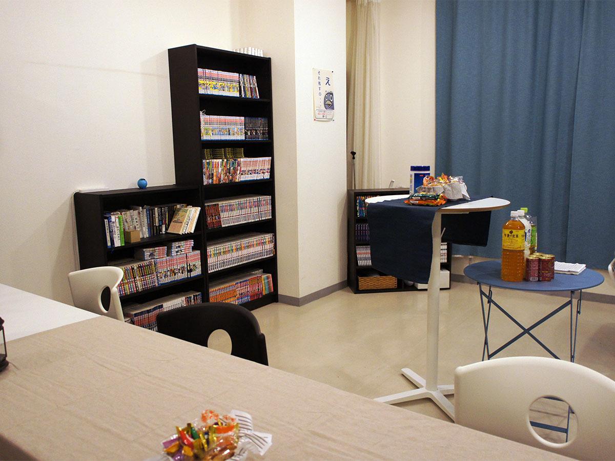 くつろげるスペースと共に約1000冊のマンガなどを用意