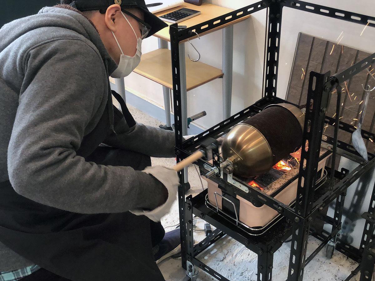 焙煎は備長炭などを組み合わせた炭火で行っている
