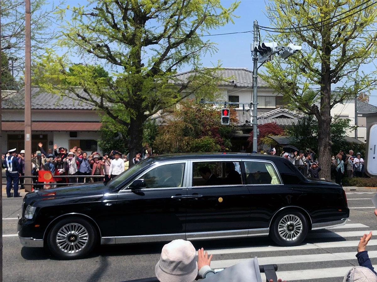 市民らが出迎える中、天皇皇后両陛下を乗せた車が通過