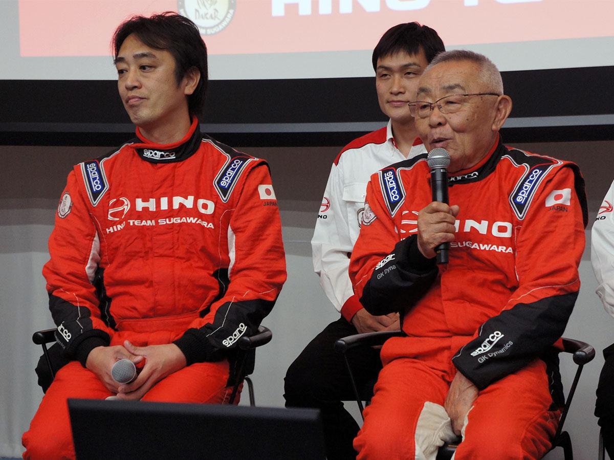 昨年の「ダカールラリー参戦発表会」には菅原義正さん(右)、照仁さんがそろって登場