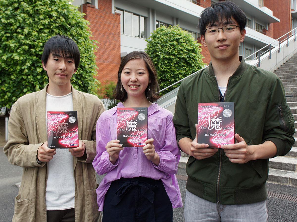 完成した商品を手にする久保さん(左)、近藤さん(中央)と濱口さん
