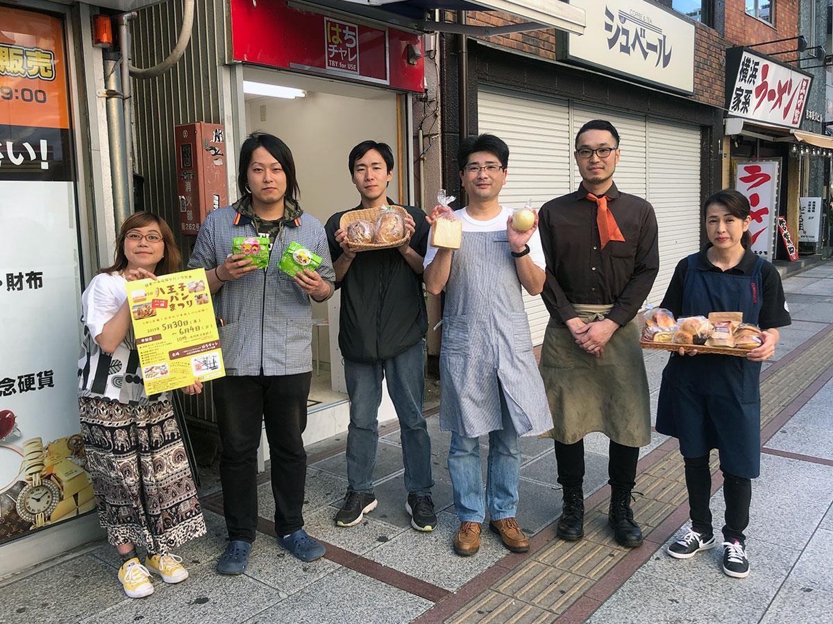 賀澤さん(左)、実行委員として協力する大川さん(右から2番目)と出店メンバー
